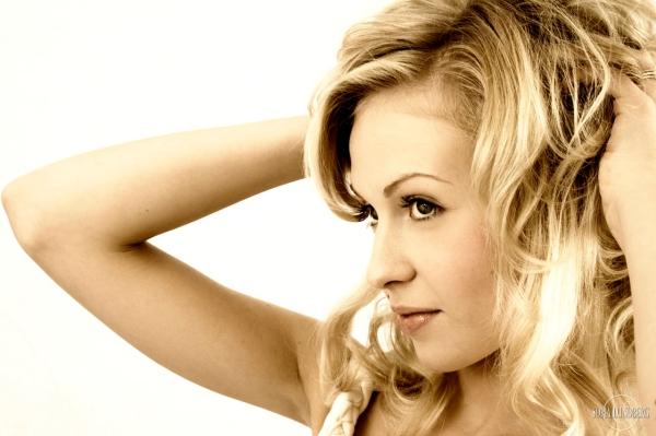 En sångerska, Mikaela.
