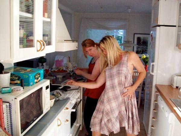 Da lassie's in da kitchen